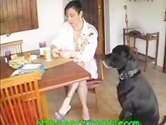 Su perro le dio por el culo